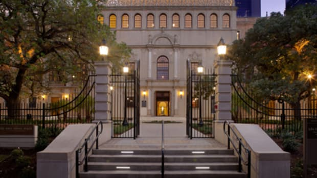 The 1926 Julia Ideson Building in Houston, TX, was recently restored and renovated by the architectural firm Gensler, also of Houston. The two-phase project included a new archival wing at the rear, an outdoor garden and cast-iron gates enclosing the property. All photos: courtesy of Gensler