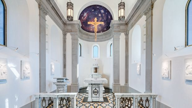 In the sanctuary, custom liturgical furnishings designed by the architect provide the necessary accommodations for the religious rites intended for the chapel.