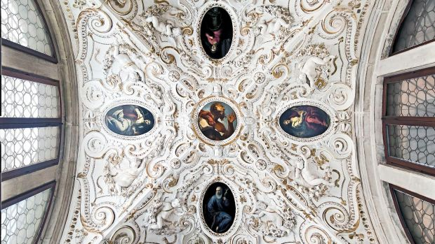 Interior_of_Santi_Giovanni_e_Paolo_(Venice)_-_Madonna_of_Peace_ceiling