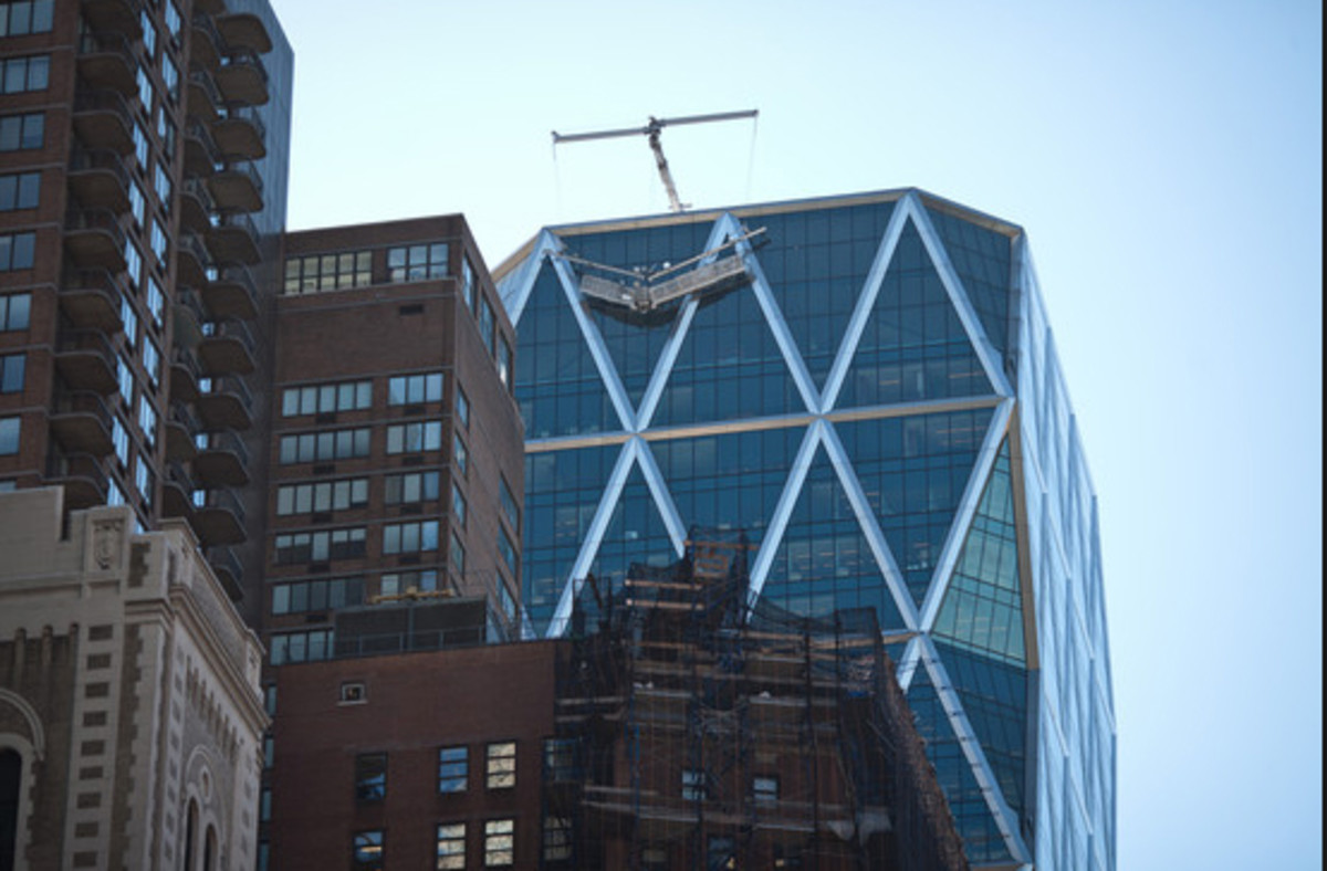 Costly window-washing scaffold engineered for Hearst Tower collapses, Manhattan, 2014. (blogs.wsj.com)