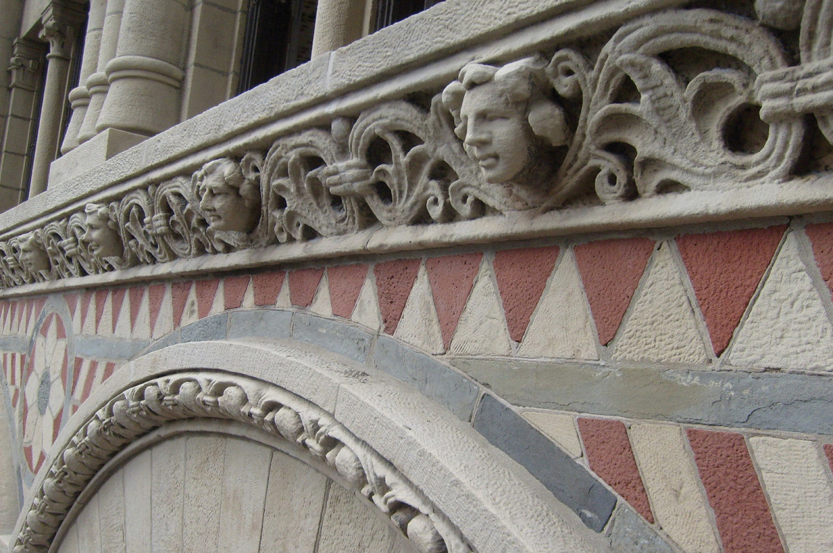The intricately-carved siliceous Ohio sandstone on the upper stories of the public elevations has weathered well, while spalling, erosion and exfoliation was generally confined to the less durable red and blue sandstone elements found above the ninth floor. SGH used rope-access techniques to make initial observations up close and identify various modes of deterioration.