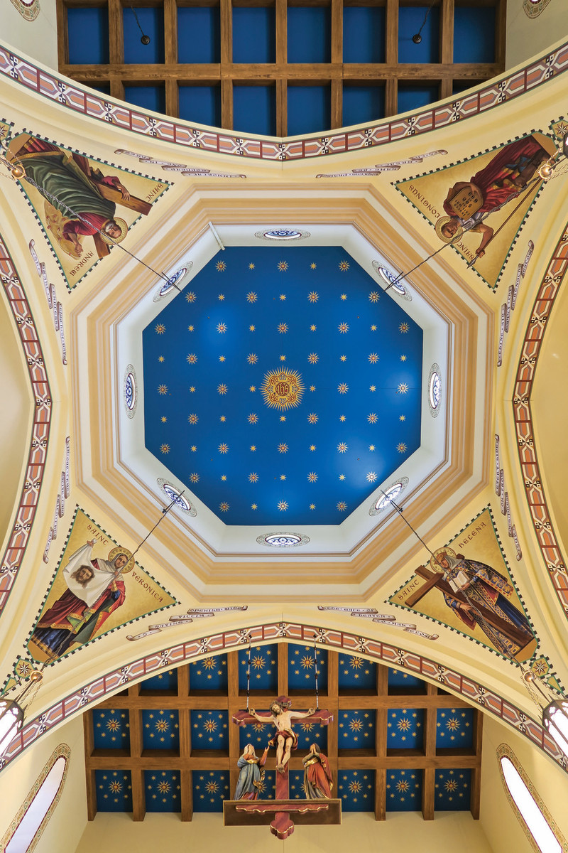 Depictions of Saints Helen, Victoria, Andrew, and Longinus that watch over the congregation were first created in the EverGreene studio, then installed on the ceiling.